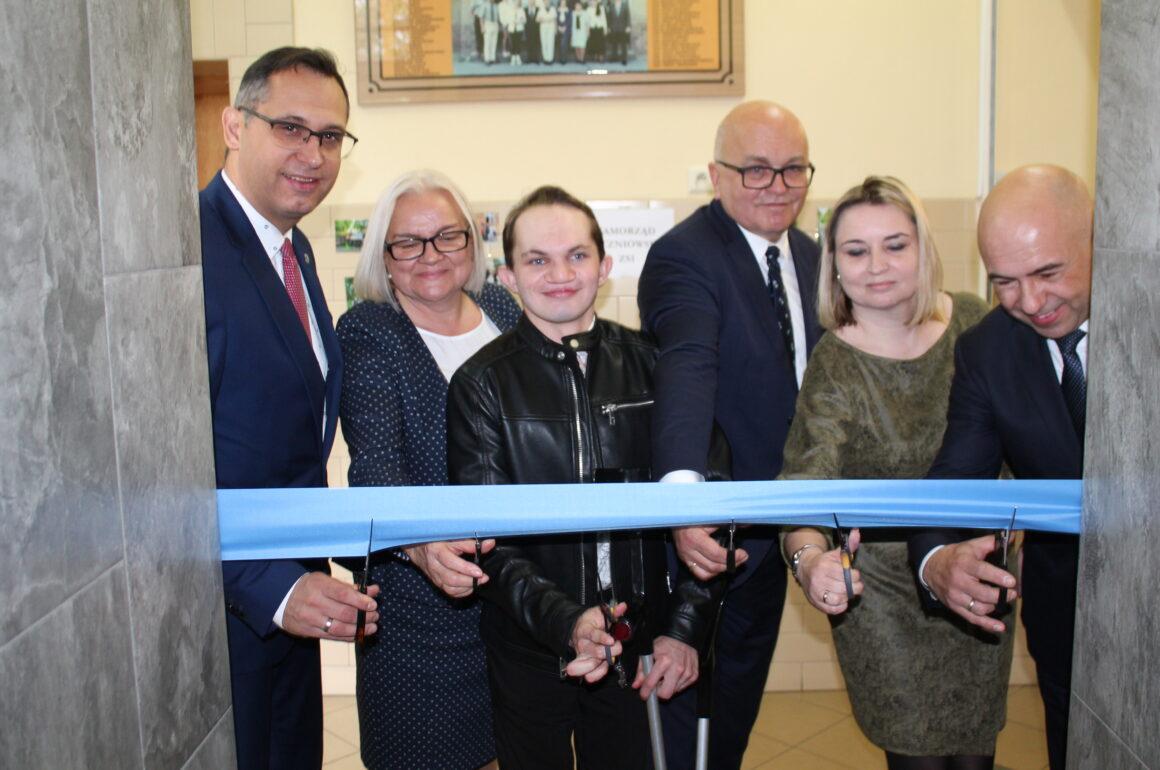"""Trzy piętra w """"Budowlance"""" w pełni dostępne dla uczniów niepełnosprawnych. Dziś otwarto nowoczesną windę"""